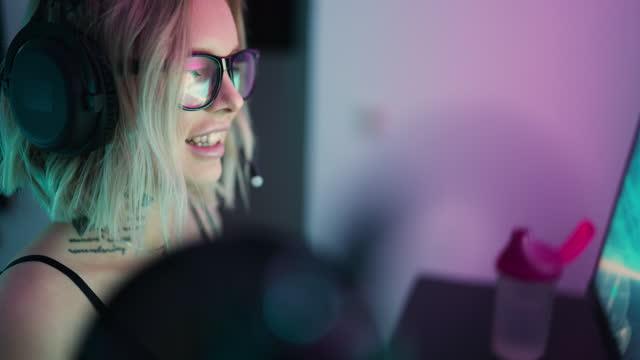 vídeos de stock, filmes e b-roll de streamer feminina jogando jogos em seu computador - jogador de videogame