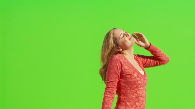 vídeos y material grabado en eventos de stock de female stretching arms out and looking up to the sky - brazo humano