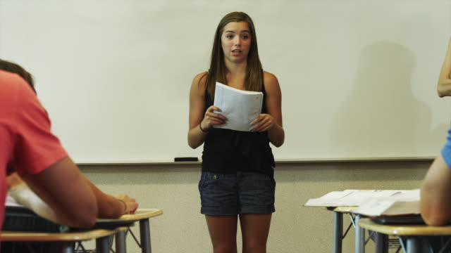 vidéos et rushes de ms zi female student (16-17) giving presentation in classroom / spanish fork city, utah, usa - discours