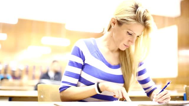 雌スチューデントクラスます。 - 講義室点の映像素材/bロール