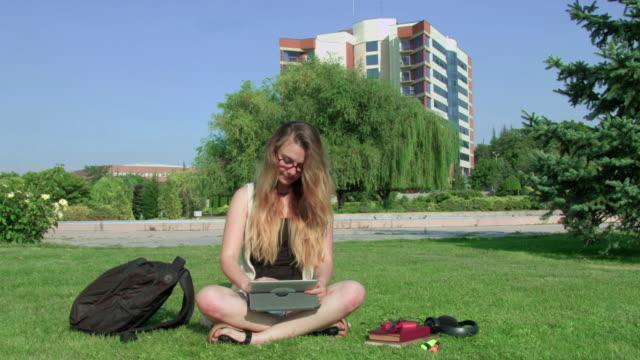stockvideo's en b-roll-footage met vrouwelijke student met tablet op de campus - leesbril