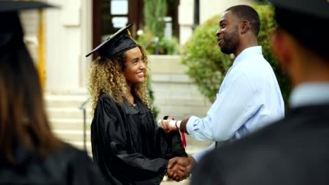 kvinnliga studenter får college diplom - examen bildbanksvideor och videomaterial från bakom kulisserna
