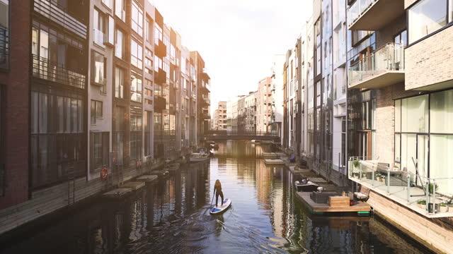 kvinnlig sup paddle-boarding i köpenhamns kanaler - danmark bildbanksvideor och videomaterial från bakom kulisserna