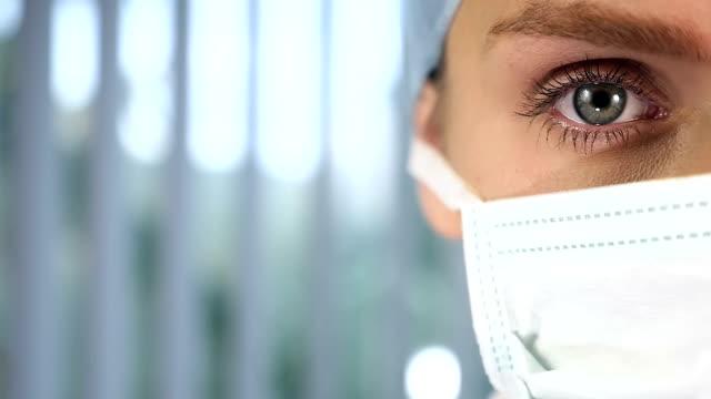 kvinnliga kirurgen gränsöverskridande avsnitt ansikte - kirurgmask bildbanksvideor och videomaterial från bakom kulisserna