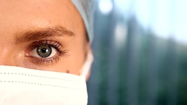 vídeos de stock e filmes b-roll de feminino médico cirurgião cara secção transversal - consultório médico