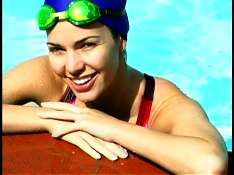stockvideo's en b-roll-footage met female swimmer - buitenbad