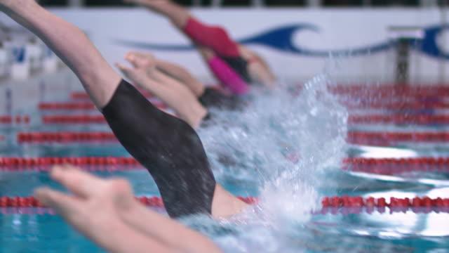 vídeos y material grabado en eventos de stock de slo mo ds female swimmers' start at a competition - dolly shot