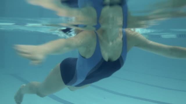 vídeos de stock, filmes e b-roll de female swimming in swimming pool in gym - prendendo a respiração