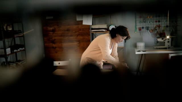 Frau Schneider bei der Arbeit mit Kreide