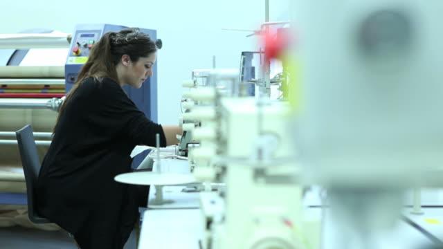 Frau Schneider Arbeiten an der Nähmaschine in Fabrik