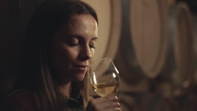 vídeos y material grabado en eventos de stock de vino de gustación femenina en bodega - saborear