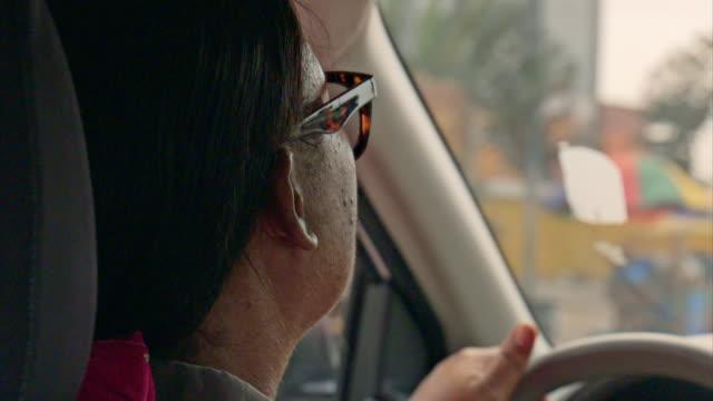 vídeos y material grabado en eventos de stock de female taxi driver in kinshasa, drc - taxista