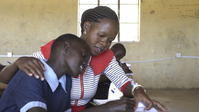 female teacher with school children. kenya, africa. - 支える点の映像素材/bロール