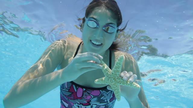 Weibliche Teenager zeigt einen Seestern.