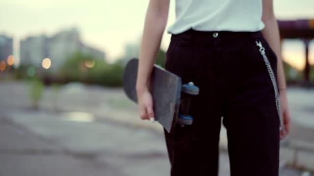 vidéos et rushes de patineuse femelle de l'adolescence - une seule adolescente