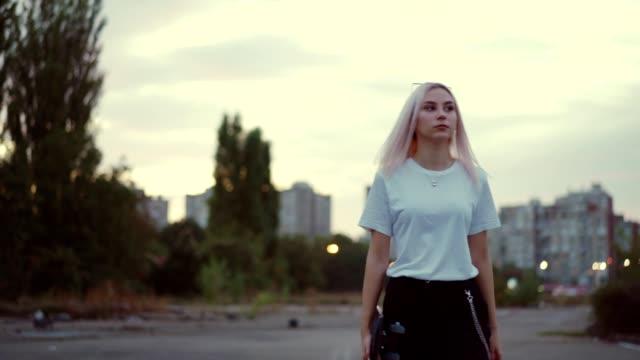 weibliche teen skater - nur weibliche teenager stock-videos und b-roll-filmmaterial