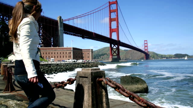 vídeos de stock, filmes e b-roll de turista feminina na ponte golden gate - golden gate bridge