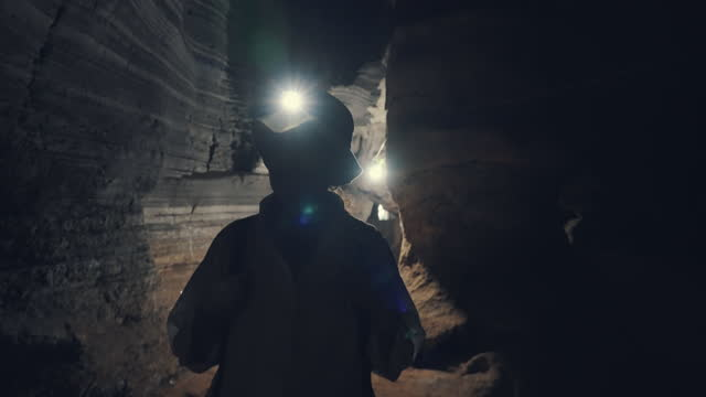 洞窟を探索する女性観光客 - 探検家点の映像素材/bロール