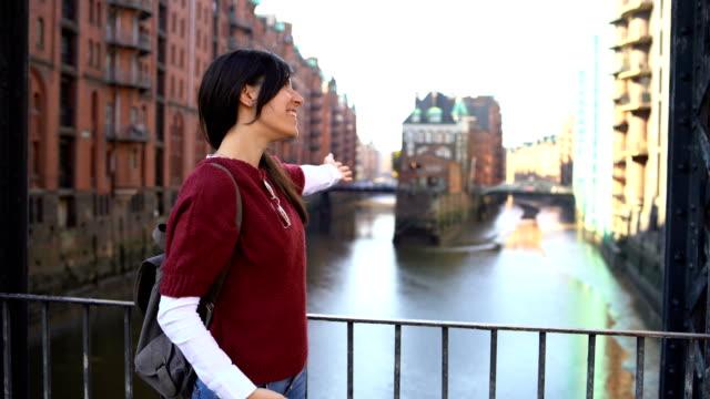 vídeos y material grabado en eventos de stock de guía turística femenina - escapada urbana