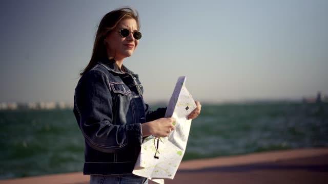 地図で方向を探している女性観光客 - 旅行地点の映像素材/bロール