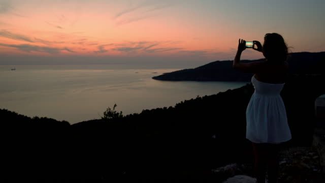 WS-weibliche Touristen fotografieren des Meeres
