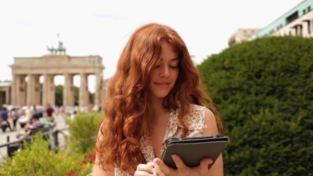 vídeos y material grabado en eventos de stock de female tourist visiting berlin - centro de berlín