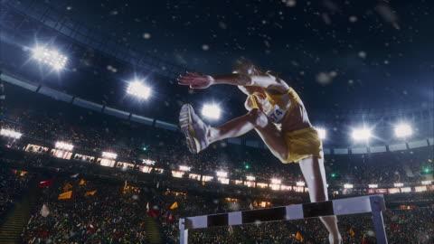 vídeos y material grabado en eventos de stock de atletismo femenino corredor cruza la línea de llegada - línea de meta