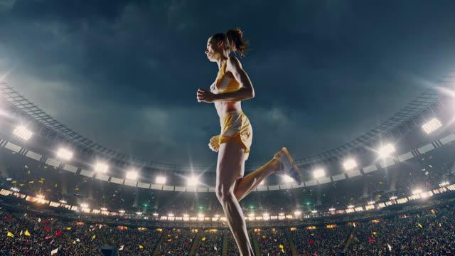 vídeos de stock e filmes b-roll de female track and field runner - iluminado por holofote
