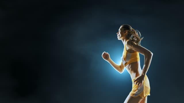 female track and field runner - atleta di atletica leggera video stock e b–roll