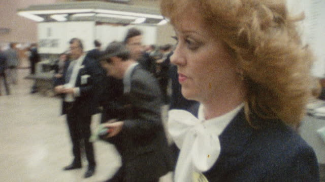stockvideo's en b-roll-footage met 1985 montage a female trader at the london stock exchange / england† - zakenvrouw