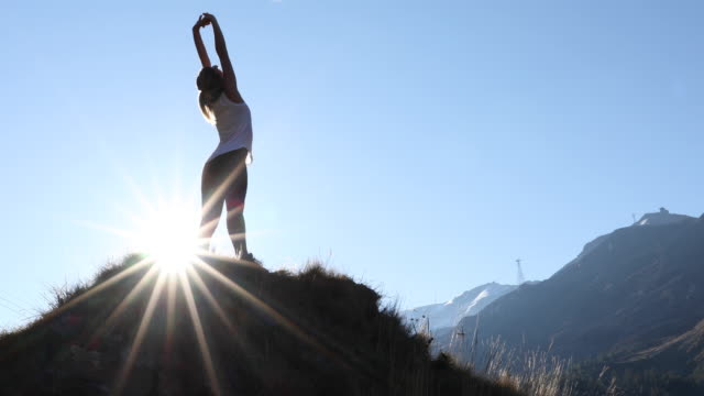 female trail runner traverses ridge crest, in mountains - linne topp bildbanksvideor och videomaterial från bakom kulisserna