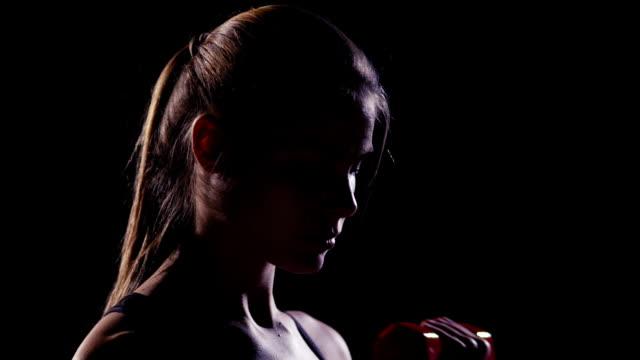 weibliche züge mit hanteln - menschlicher muskel stock-videos und b-roll-filmmaterial