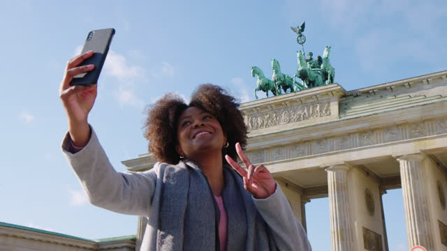 vídeos de stock, filmes e b-roll de viajante de férias tirando selfie - monument