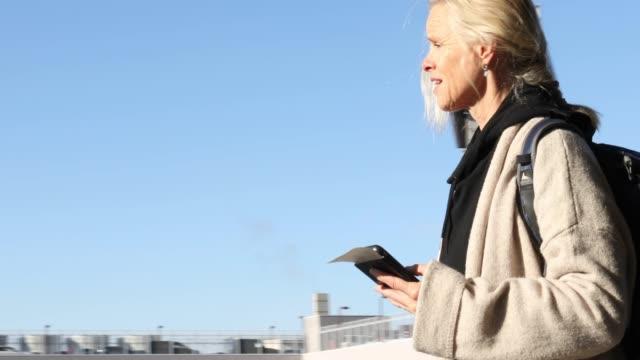 女性旅行者は、空港外の廊下を歩く - 旅行地点の映像素材/bロール