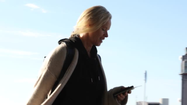 女性旅行者は、空港外の廊下を歩く - tourist点の映像素材/bロール