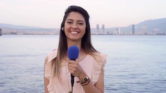 vídeos de stock e filmes b-roll de female tv reporter - jornalista
