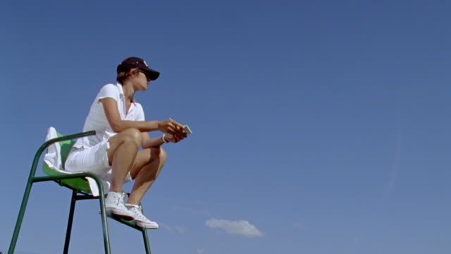 ws female umpire refereeing tennis match / gironde, france - tennis video stock e b–roll