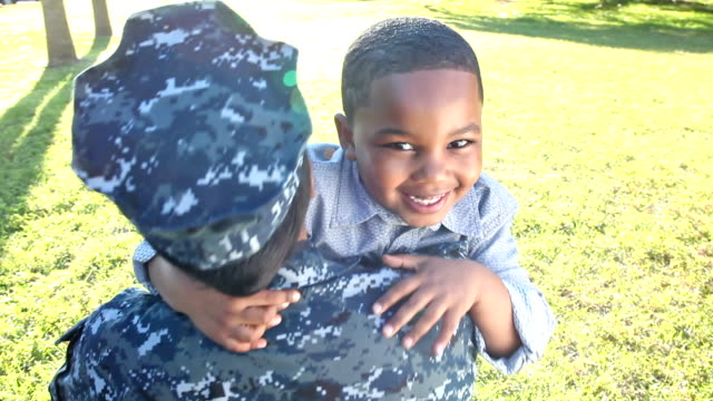 vídeos de stock e filmes b-roll de female us military soldier reunites with son - regresso ao lar