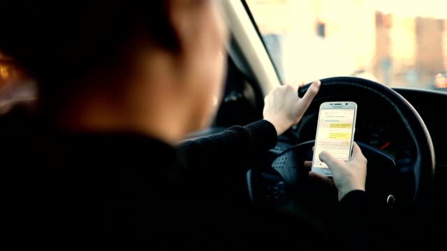 vídeos de stock, filmes e b-roll de mulher usando telefone móvel esperto no carro. - aplicação móvel