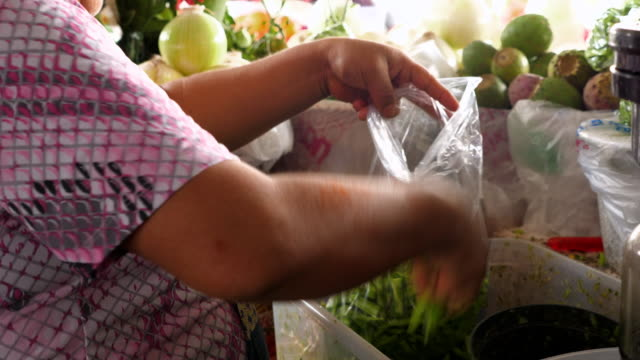 ms tu female vendor preparing produce at stand in marketplace - food and drink stock videos & royalty-free footage