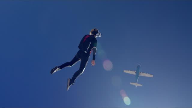 vídeos de stock, filmes e b-roll de female virtual reality skydiving - falling from a plane - paraquedismo