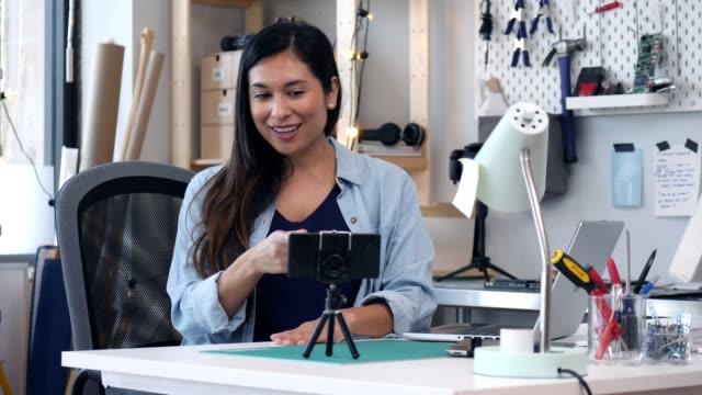vidéos et rushes de vlogger femelle enregistre vlog diy - filmer
