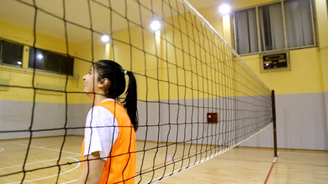 weibliche volleyball - sporthalle stock-videos und b-roll-filmmaterial