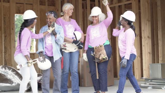 vídeos de stock e filmes b-roll de female volunteer workers on a construction site - social worker