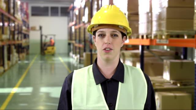 Weibliche Warehouse Mitarbeiter haben eine Video-Konferenz