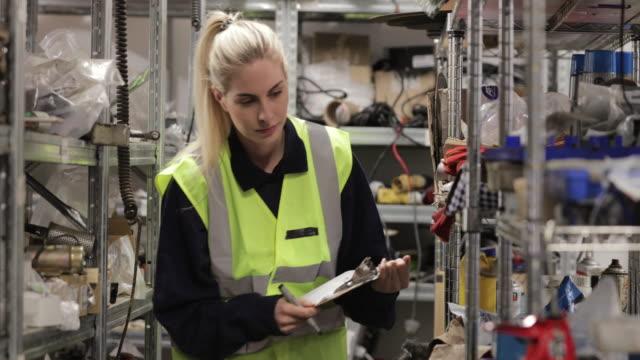 weibliche lager ingenieur - klemmbrett stock-videos und b-roll-filmmaterial