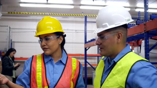Hispanic weibliche warehouse manager-Mitarbeiter bei der Arbeit