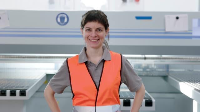 女性倉庫労働者 - 倉庫作業員点の映像素材/bロール