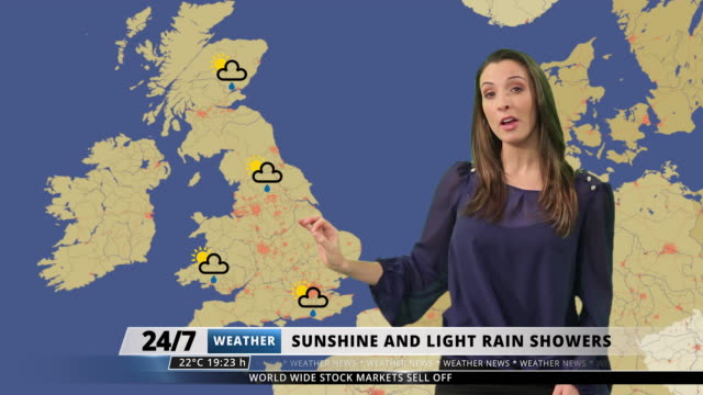 vídeos de stock, filmes e b-roll de female weather forecast presenter in a green screen studio - meteorologia
