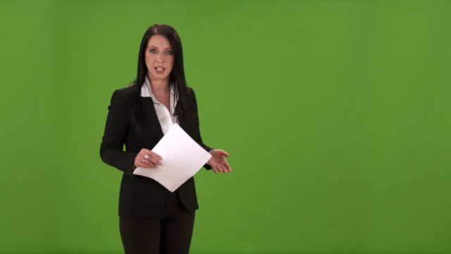stockvideo's en b-roll-footage met hd: female weathercaster giving weather report - meteorologie